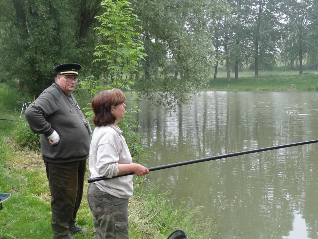 Yolande pêche, sous la surveillance de Michel !